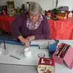 Jeanne Gentilhomme réalisant des cartonnages.