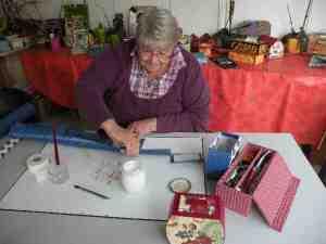 Jeanne Gentilhomme faisant du cartonnage.